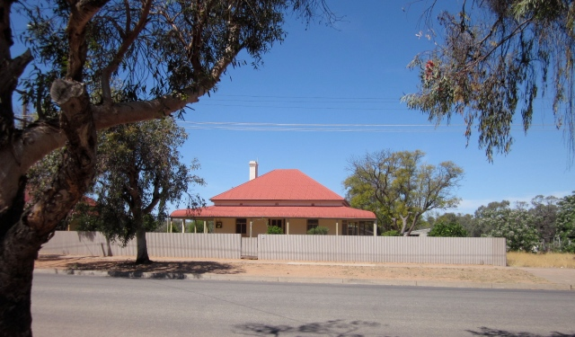 Menindee house (Photo copyright: Anne Lawson, 2013)